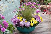 Schale mit Chrysanthemen und Gras