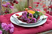 Kleiner Strauß aus Chrysanthemen als Serviettendeko
