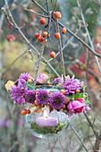 Windlicht am Baum mit Kranz aus Chrysanthemen