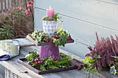 Selbstgebaute Etagere mit Kränzen und Kerze