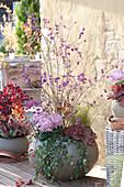 Liebesperlenstrauch und Deko-Chrysantheme im Kugel-Topf