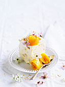 Weisses Schokoladen-Mangoparfait auf Teller