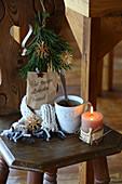 Beschriftete Papiertüte mit Tee als winterliches Geschenk