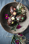 Vegane Küchlein in Ostereierform mit Zartbitterkuvertüre und Zuckerblumen