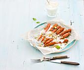 Gebratene junge Karotten mit Sahne und Kernen