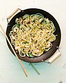 Pasta mit Shrimps aus dem Wok (Asien)