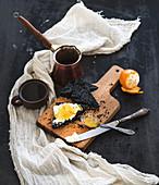 Schwarzes Toastbrot, Mascarpone, Tangerinenmarmelade und Kaffee