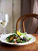 Salat mit ofengebratener roten und gelben Bete, Blauschimmelkäse und Honig-Pekannüssen