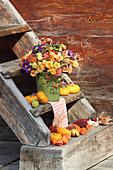 Herbststrauß mit Chrysanthemen und Sommeraster