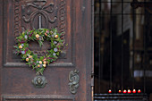 Herzförmiger Kranz mit Heide und Koniferen an der Kirchentüre
