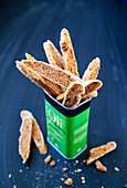 Tomaten-Brot-Chips in einer Metalldose