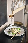 Kapaun-Cardy-Salat mit weisser Trüffelsauce
