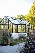 Glashaus in grossem Garten