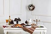 Weihnachtsbuffet mit pikanten und süssen Speisen
