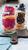 Pancakes geschichtet mit Himbeeren und Brombeeren in Schraubgläsern