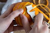 Orangenzesten mit Zestenreisser abziehen