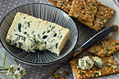 Crackers with sunflower seed and gorgonzola