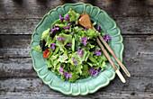 Blattsalat mit Gemüse und Essblüten