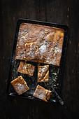 Blechkuchen mit Mandelblättchen und Puderzucker