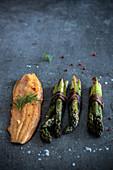 Bachsaiblingsfilet mit grünem Spargel, Dill, rosa Pfeffer und Meersalz