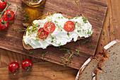 Belegtes Brot mit Frischkäse, Tomaten und Kresse
