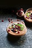 Schokoladenmousse mit Pinienkernen und Granatapfel