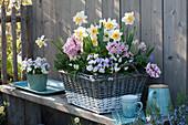 Frühlings-Arrangement auf der Terrasse