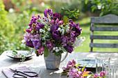 Strauß mit violetten Tulpen und Blütenzweigen