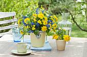 Blau - gelber Frühlingsstrauß