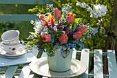 Bunter Frühlingsstrauß in Vase mit Herz