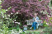 Sitzplatz am blühenden Zierapfelbaum