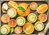 Gelbe Smoothies mit Ingwer und Zitrusfrüchten in Holzkiste