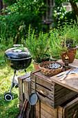 Gartenküche mit Kugelgrill im sommerlichen Garten