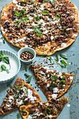 Manakish (Pizza aus dem Libanon) mit Lammhackfleisch und Joghurtsauce