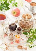 Tablett mit getrockneten Früchten, Sirup und hausgemachtem Apfel-Müsli
