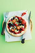 Süsse Pizza mit Beeren und Basilikum