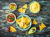Tortilla Chips mit Guacamole, Käsedip und Tomatensalsa (Mexiko)