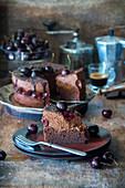 Schokoladenmousse-Torte mit Kirschen
