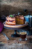 Schokoladenkuchen mit schwarzen Johannisbeeren