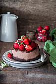 Schokoladen-Käsekuchen mit Erdbeeren