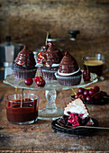 Schokoladen-Cupcakes mit Kirschfüllung