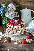 Schokoladen-Baiser-Kuchen mit frischen Erdbeeren