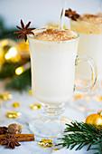 Amerikanischer Eggnog-Cocktail zu Weihnachten
