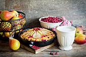 Herbstlicher Cranberry-Birnen-Kuchen in der Form