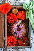 Mohnkranzkuchen in Holzkiste dekoriert mit Mohnblumen