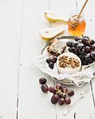 Camembert mit Walnuß, Trauben, Birne und Honig