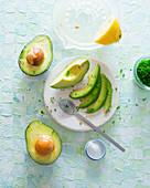 Avocado, halbiert und in Spalten geschnitten mit Zitrone und Petersilie