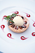 Fig tartlet with goat's cheese and vanilla ice cream