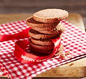 Lebkuchen-Plätzchen, gestapelt mit Geschenkband zu Weihnachten