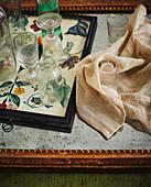 Weingläser und Flasche auf Tablett